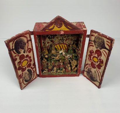 Crèche composée de santons dans un coffret en bois peint fermant par deux battants....