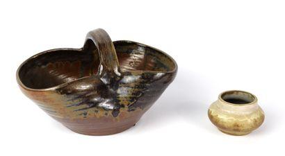 NORMAND, les Mottes.  Panier et petit vase...