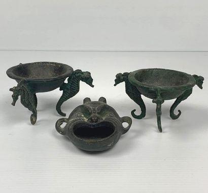 Ensemble de trois bronzes à patine vert foncé,...