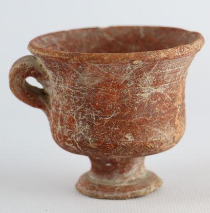 Collection de sept objets en terre cuite, antiques, dont une tête d'homme soclée....