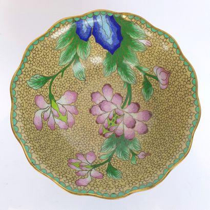 CHINE, XXème siècle.  Coupe en bronze émaux cloisonnés polychrome à décor de fleurs....