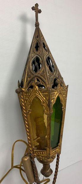 Lanterne de procession en métal doré et verre, surmontée d'une croix, montée à l'électricité....