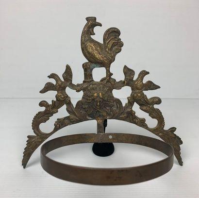 Lot comprenant une paire de bougeoirs, un vase à deux anses en faience de Nevers...