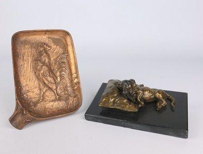 Lot comprenant un cendrier en bronze figurant...