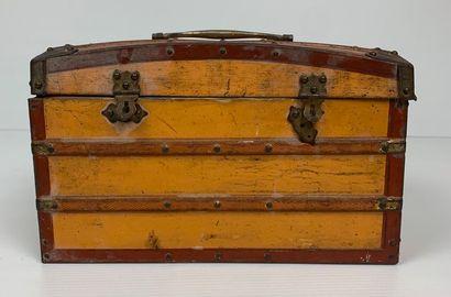 LU / Lefèvre-Utile.  Boîte en tôle lithographiée en forme de malle de voyage.  Fond...