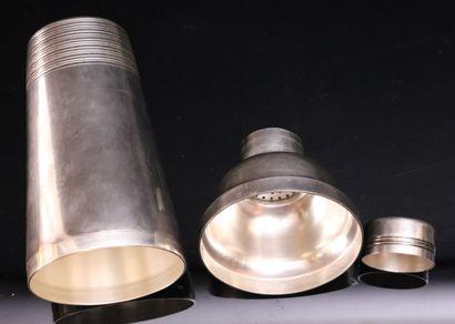 Lot en métal argenté comprenant :  un shaker, un coquetier et sa cuillère, dans...
