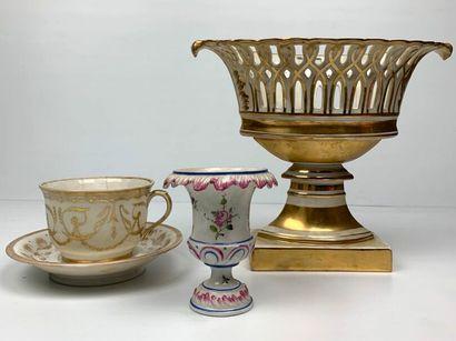PARIS.  Ensemble en porcelaine comprenant...