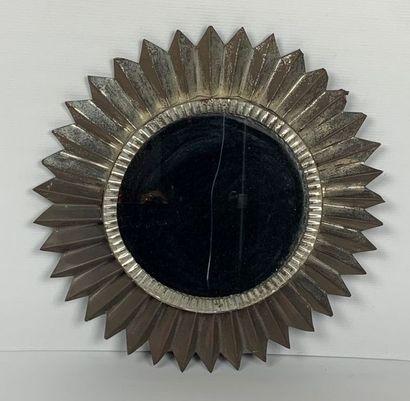 Miroir circulaire en tôle pliée.  Travail...