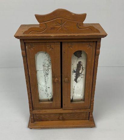 Mobilier de poupée en bois comprenant une commode et une armoire à deux portes et...