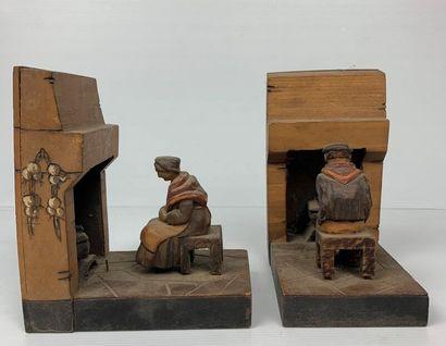 Deux serre-livres en bois représentant un...