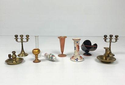 Ensemble de dix objets miniatures en porcelaine,...