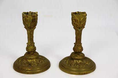 Paire de bougeoirs de table, en bronze doré...