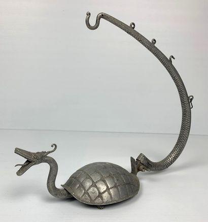 Tarasque à usage de ? en métal, articulé...
