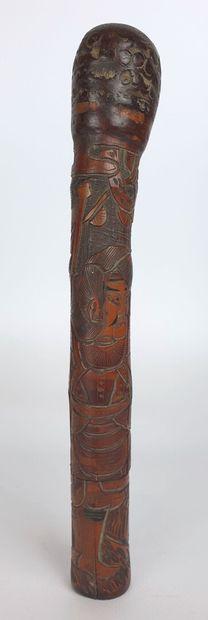 JAPON, XIXème siècle.  Etui en bambou sculpté figurant des personnages.  L_24 cm...