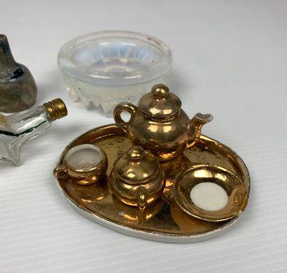 Ensemble d'objets de maison de poupée en porcelaine et verre.  H_ 1.5 cm à 7 cm