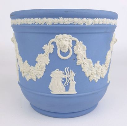 WEDGWOOD.  Cache-pot en biscuit bleu à décor...