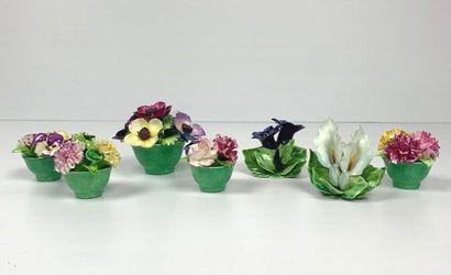 STAFFORDSHIRE.  Suite de cinq vases fleuris...