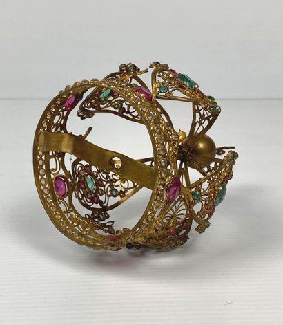 Couronne de statuaire religieuse en métal doré, ornée de pierres en verre vertes...