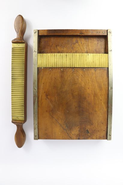 MEDECINE - PHARMACIE.  Granulier ou pilulier en bois et cuivre.  L_36 cm