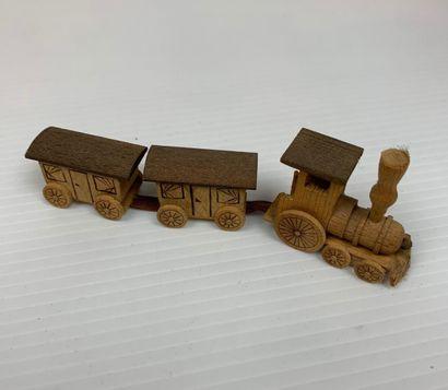 Ensemble de six jouets miniatures en bois et pierre comprenant : perroquet, poisson,...