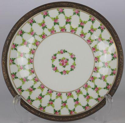 Assiette en porcelaine à décor de fleurs....