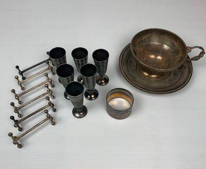 Ensemble en métal comprenant six porte-couteaux, six verres à liqueur, un rond de...
