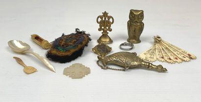 Ensemble de onze objets de vitrine comprenant:...