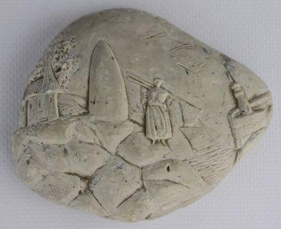 Caillou en pierre sculptée figurant une pêcheuse,...