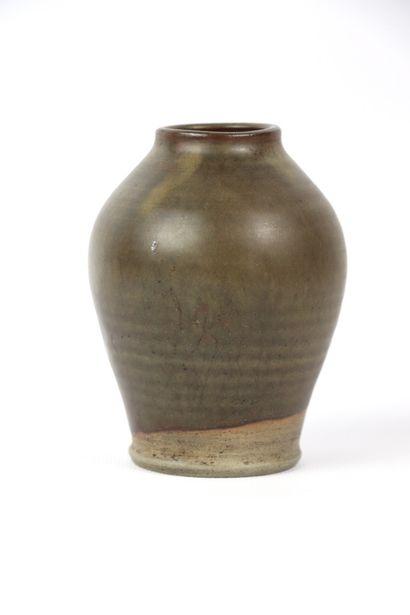 GEOFFROY (?).  Vase en grès à émail brun....