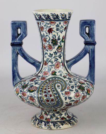 GIEN  Vase à col évasé en porcelaine à décor...