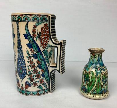 Style d'IZNIK et IRAN.  Chope et bouteille...