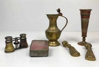 Ensemble de six objets en métal comprenant...