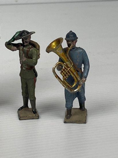 Ensemble de soldats, cinq en plomb, deux en plâtre et farine, représentant divers...