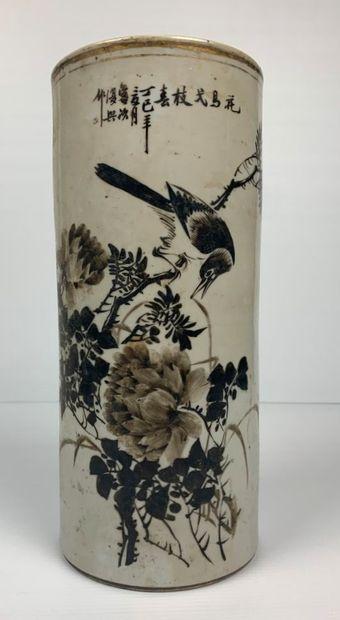 CHINE.  Vase rouleau en porcelaine à décor...
