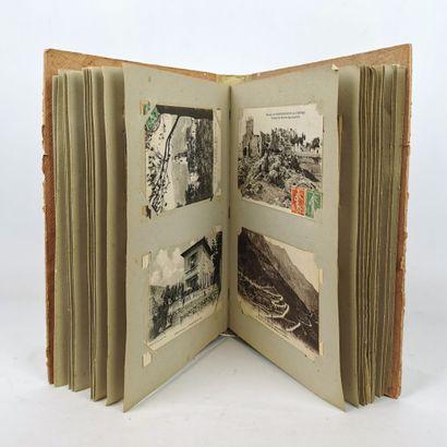 Albums de cartes postales regroupant cent-six...