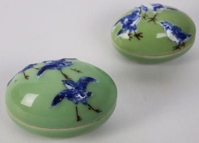 CHINE.  Deux oeufs couverts en porcelaine...