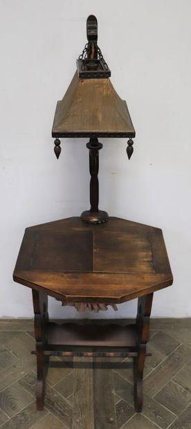 Table travailleuse en chêne mouluré et sculpté,...