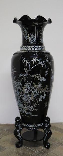 CHINE.  Important vase en laque à fond noir...