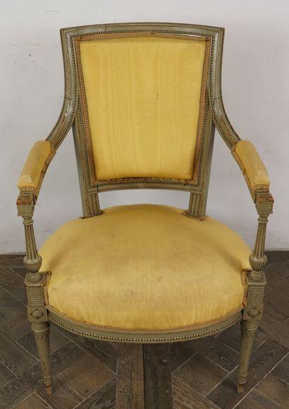 Paire de fauteuils en bois mouluré et sculpté, laqué gris.  Style Directoire.  Garniture...