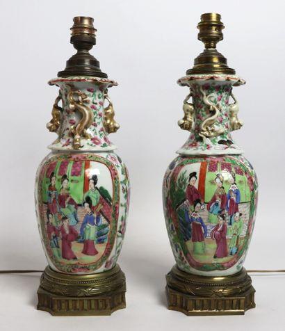 CHINE, Canton.  Paire de vases en porcelaine...