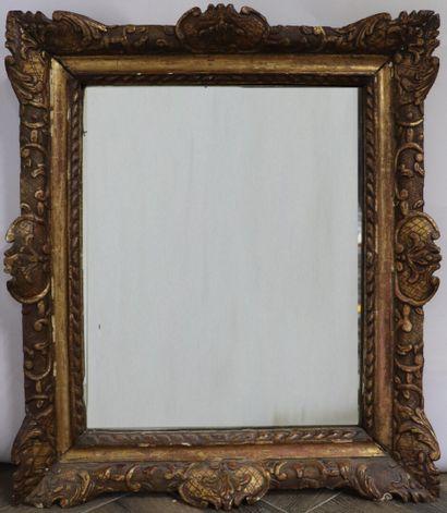 Miroir en bois et stuc doré.  XIXème siècle,...