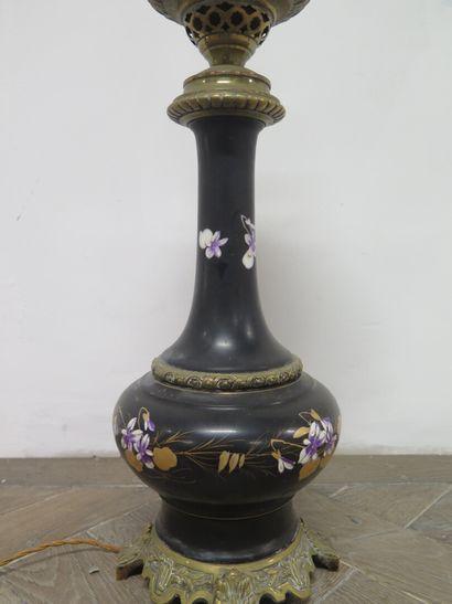 Lampe à pétrole en tôle émaillée noire à décor de fleurs sur une monture en laiton...