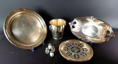 Réunion d'objets en métal argenté comprenant...