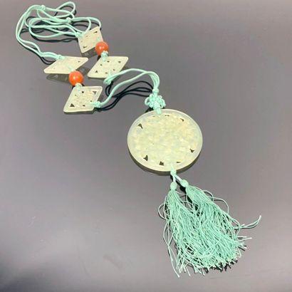 CHINE.  Collier orné de cinq plaques en jade...