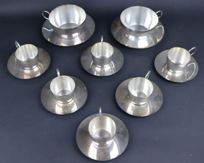 Ensemble en métal argenté comprenant six tasses à café et leur sous-tasses et  deux...