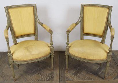 Paire de fauteuils en bois mouluré et sculpté,...