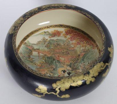 JAPON, Satsuma.  Coupe en céramique, à fond...