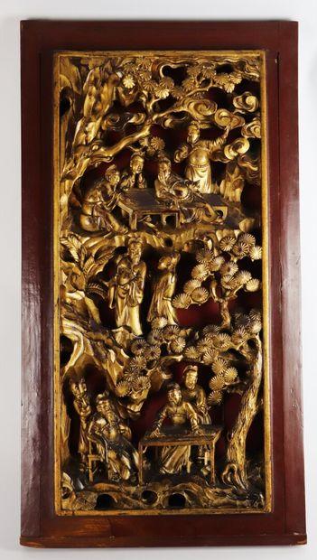 CHINE.  Panneau en bois sculpté, laqué rouge et doré figurant des scènes de jeux...