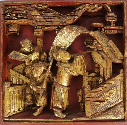 CHINE.  Panneau en bois sculpté, laqué rouge...