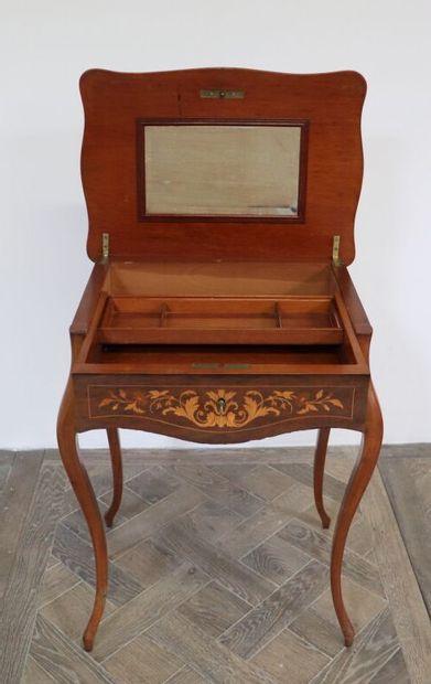 Table à ouvrages en marqueterie de bois de...